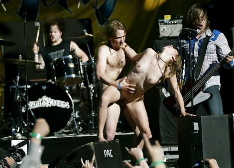 Wicked singer goes naked during her performance